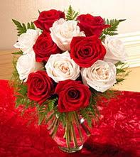 Gaziantep çiçek gönderme  5 adet kirmizi 5 adet beyaz gül cam vazoda