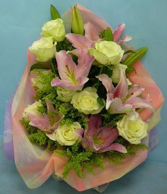 11 adet gül ve 2 adet kazablanka buketi  Gaziantep güvenli kaliteli hızlı çiçek
