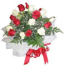 Gaziantep hediye sevgilime hediye çiçek  12 adet kirmizi ve beyaz güller buket