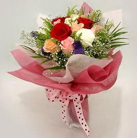 Karisik renklerde 11 adet gül buketi  Gaziantep uluslararası çiçek gönderme