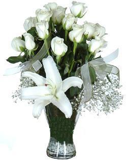 cam içerisinde 11 beyaz gül ve 1 kazablanka  Gaziantep kaliteli taze ve ucuz çiçekler