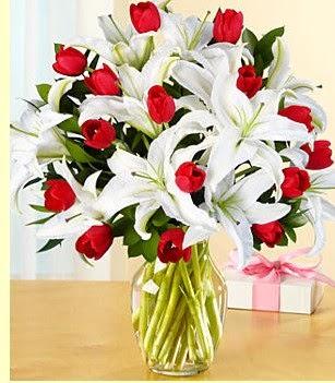 Gaziantep kaliteli taze ve ucuz çiçekler  3 kazablanka 10 kırmızı gül vazosu