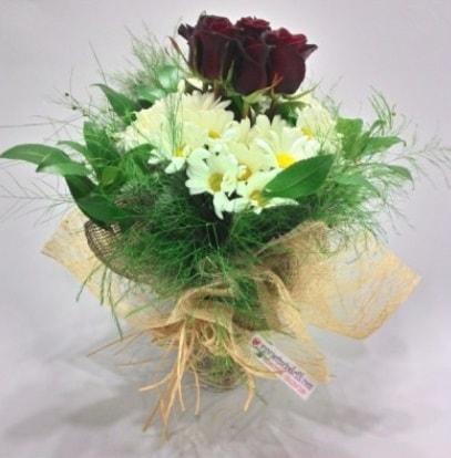 5 adet kırmızı gül ve kırızantem buketi  Gaziantep çiçek gönderme sitemiz güvenlidir